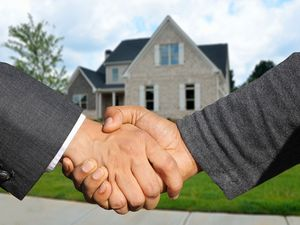 The Difference Between a Real Estate Agent and a Broker